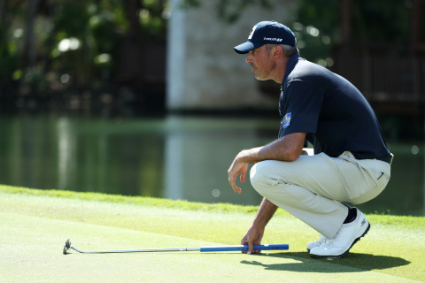 Matt Kuchar—wearing Skechers GO GOLF footwear—lines up a putt on the fifth green of his winning final round at the Mayakoba Golf Classic in Playa del Carmen, Mexico. (Photo: Business Wire)