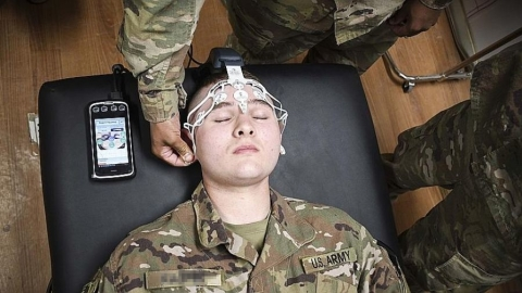 Army medic training on the BrainScope Device, an objective medical tool used for the assessment of traumatic brain  injury (Photo: Business Wire)