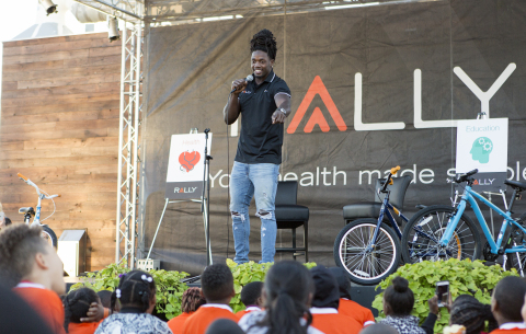 At the third annual Rally Health Holiday Bike Build, Los Angeles Chargers running back Melvin Gordon talks with children from Gardena's Falcons Youth and Family Services about the importance of living a healthy lifestyle and staying in school. (Photo: Rally Health)