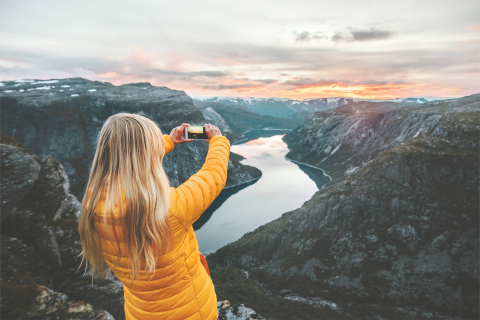 A traveler enjoys the breathtaking scenery in Norway (Photo: Business Wire)
