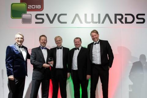 リチャード・メリン氏(Spreckley)からSVC賞を授与されるアンディー・ウォルスキーとグラハム・ウッズ(エクサグリッド)。(写真:ビジネスワイヤ)