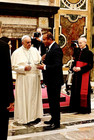 Dr. Andy Khawaja and Pope Francis at the Vatican on December 03, 2018. (Photo: Business Wire)