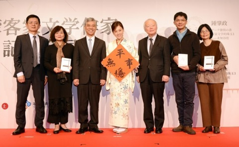 "Deputy Minister Fan Tso-ming of the Hakka Affairs Council (the third from the left) represents the Council to present a certificate to Japanese announcer Maasa Takahashi (the fourth from the left), who serves as the Hakka Cultural Ambassador, on Dec. 15 in Tokyo. Takahashi wrote a spring couplet ""Stable and Peace"" to express hopeful thoughts for the coming year. (Photo: Business Wire)"