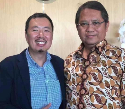 Skyroam CEO Jing Liu (left) with Minister Rudiantara (right). (Photo: Business Wire)