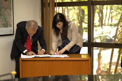 The launch service contract for Amazonia-1 was signed in an official signing ceremony between Mr. Ricardo Galvão, director of INPE, and Melissa Wuerl, VP of business development of Spaceflight, and attended by Mr. José Raimundo Braga Coelho, president of the Brazilian Space Agency, and other INPE officials. (Photo: Business Wire)