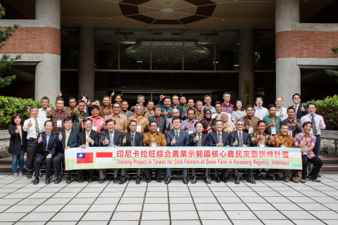 COA Deputy Minister Lee Tuey-chih pictured with key farmers from the Karawang area of Indonesia who came to Taiwan for training. (Photo: Business Wire)