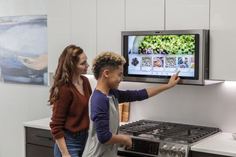 GE Appliances showcases dynamic, eye-level smart screen at CES 2019. (Photo: GE Appliances, a Haier company)