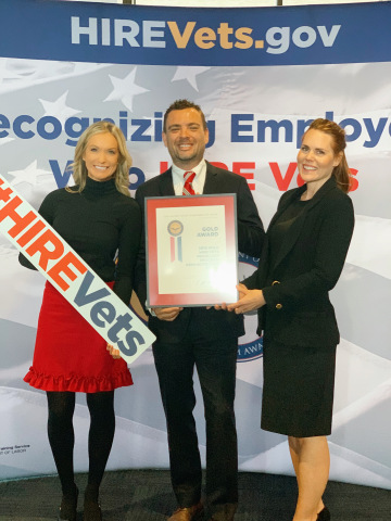 Two Marines Moving accepts HIRE Vets Award at the US Department of Labor (Photo: Business Wire)