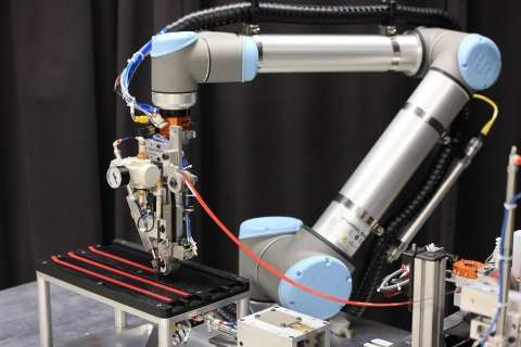3M Automated Taping System using a collaborative robot (Photo: Business Wire)