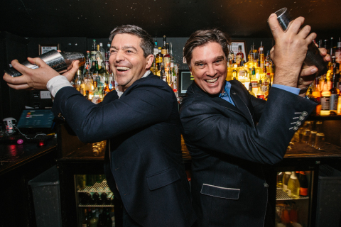 「Back to the Bar 2018」でのバカルディのグローバル・アドボカシー・ディレクターのジェイコブ・ブライアースと最高マーケティング責任者(CMO)のジョン・バーク(写真:ビジネスワイヤ)