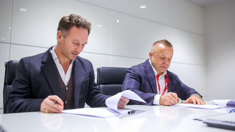 FuturoCoin FuturoCoin成为阿斯顿马丁红牛车队的合作伙伴。从左到右——红牛车队团队队长Christian Horner,FuturoCoin联合创始人Roman Ziemian