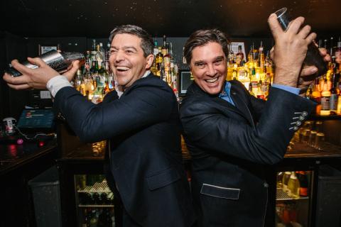 """百加得全球宣传业务总监Jacob Briars与首席营销官John Burke参加""""回归酒吧""""活动。(照片:美国商业资讯)"""