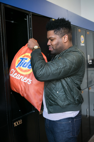 Customer in Chicago, Illinois taking advantage of 24/7 Tide Cleaners drop-off service. (Photo: Business Wire)