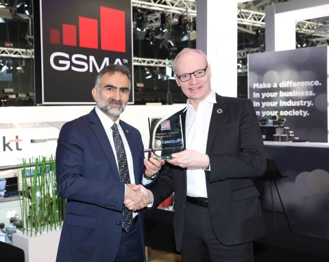 Gediz Sezgin, Turkcell Chief Technology Officer, receiving the award from Alex Sinclair, GSMA CTO, at a ceremony at Mobile World Congress 2019. (Credits: Turkcell)