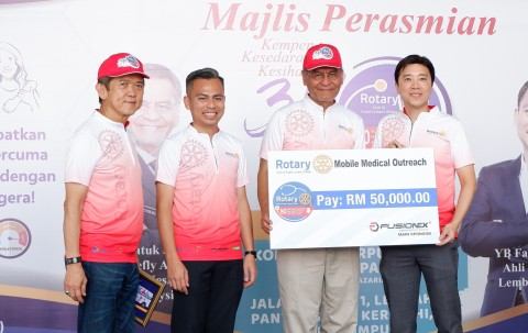 Fusionex Founder & Group CEO Dato' Seri Ivan Teh (fourth left) presenting a mock cheque to Malaysia Health Minister Datuk Seri Dr Dzulkefly Ahmad (third left). Looking on are Lembah Pantai MP Fahmi Fadzil and Rotary Club Kuala Lumpur DiRaja President Datuk Seri Nelson Kwok.