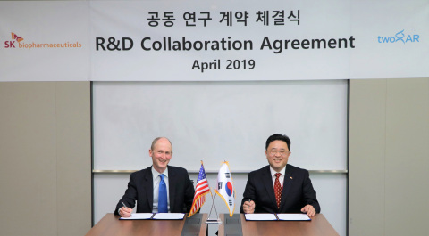 Co-founder and CEO of twoXAR Andrew A. Radin (left) with Vice President of Cancer Research at SK Biopharmaceuticals Cheol-young Maeng (right) at R&D Collaboration Agreement signing ceremony at SK Biopharmaceuticals headquarters. (Photo: Business Wire)