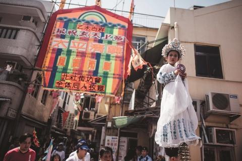 長洲居民於太平清醮節慶期間會舉行飄色會景巡遊、粵劇神功戲、舞獅和傳統美食等,大事慶祝。(照片:美國商業資訊)