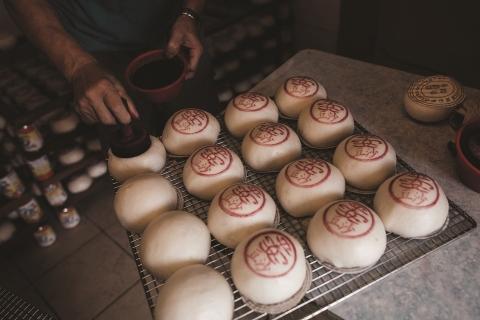 每年太平清醮節慶期間,當地製包師傅便會製作數萬個平安包應節,寓意平安健康。(照片:美國商業資訊)