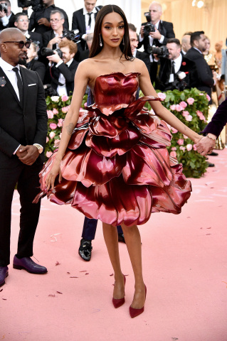 "Jourdan Dunn's custom Zac Posen x GE Additive x Protolabs rose gown features 21 total petals, averaging 20 inches in size and weighing 1 lb. each. The petals and interior bodice were 3D printed and finished with primer and color shifting paint (DuPont ""Twilight Fire"" Chromalusion). (Photo: Getty Images)"
