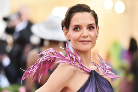 Katie Holmes wore a custom Zac Posen gown with a Zac Posen x GE Additive x Protolabs 3D printed palm leaf collar accessory. The pearlescent purple palm leaves are draped over the shoulders and attached to the gown at the neckline. (Photo: Getty Images)