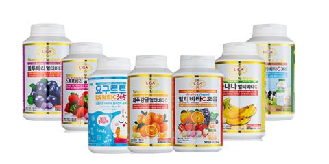 """""""多功能维生素C365""""是一种口感上佳的糖果型产品,不添加任何人工色素,通过各种水果产生酸酸甜甜的口味。 共有济州柑橘味、蓝莓味、草莓味、酸奶味、香蕉味、牛奶味等六种口味。一次可以同时品尝四种口味的""""多功能维生素C365套装""""产品也获得市场热烈反响。 (照片:美国商业资讯)"""