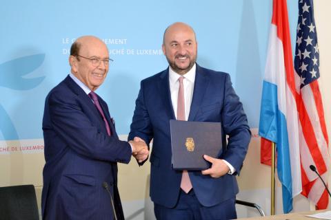美國商務部長Wilbur Ross和盧森堡副總理兼經濟部長Etienne Schneider簽署太空合作諒解備忘錄。(照片:美國商業資訊)