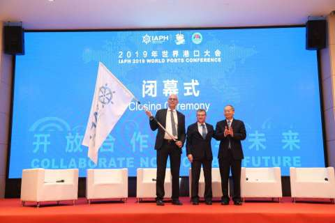 Mr. Chen Hongxian(1st from Right), Director General of Guangzhou Port Authority handing over the IAPH flag to Luc Arnouts from Port of Antwerp (1st from Left). In the middle is Santiago G Mila, President of the International Association of Ports and Harbours, IAPH (Photo: Business Wire)