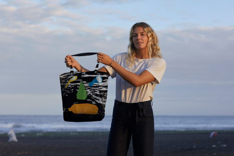 Stephanie Gilmore and the limited-edition, reusable bag she designed to support the ban of single-use plastic in Bali. (Photo: Business Wire)