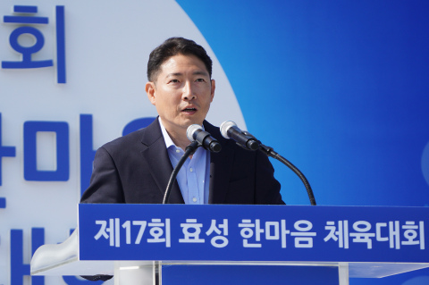 "Hyosung Chairman Cho Hyun-Joon relates to his employees through sports activity. Hyosung held ""One Mind Sports Festival"" on a grass field in its Anyang factory on May 11, with about 3,400 employees and their family members participating. ""Nothing can beat tight teamwork in team sports, no matter how excellent skills an individual player has,"" Chairman Cho said to the participants. He emphasized Hyosung is one team. ""All of us are united under the name of Hyosung,"" he said. Chairman Cho Hyun-Joon engaged with employees by playing for Hyosung Heavy Industries against Hyosung TNC in the soccer finals. (Photo: Business Wire)"
