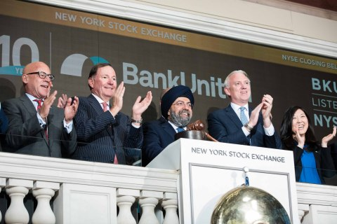 The New York Stock Exchange welcomes BankUnited, Inc. (NYSE: BKU) in celebration of the bank's 10th anniversary of founding. BankUnited Chairman, President and Chief Executive Officer Rajinder P. Singh (center) joined on his left by Jim Byrne, NYSE Head of U.S. Listings, rings The Closing Bell®. Photo Credit: NYSE (Photo: Business Wire)