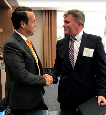 シンタビアの創業者で最高経営責任者(CEO)のブライアン・ネフとハウコ・グループのエグゼクティブ・バイスプレジデントのデビッド・プレストンが、石油・ガス産業向けの付加製造の開発支援を目的とした合弁会社設立でタームシートに署名(写真:ビジネスワイヤ)