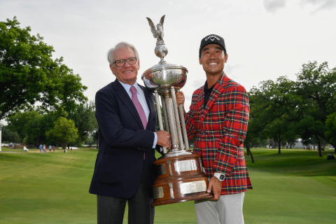 Charles Schwab presents 2019 Charles Schwab Challenge champion, Kevin Na, the Leonard Trophy at the Colonial Country Club in Fort Worth, Texas. (Image courtesy of Schwab)