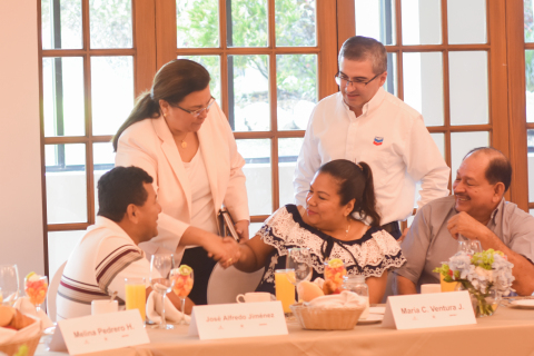 Evelyn Vílchez, Country Manager of Chevron Energía de México interacting with restaurant owners of T ...