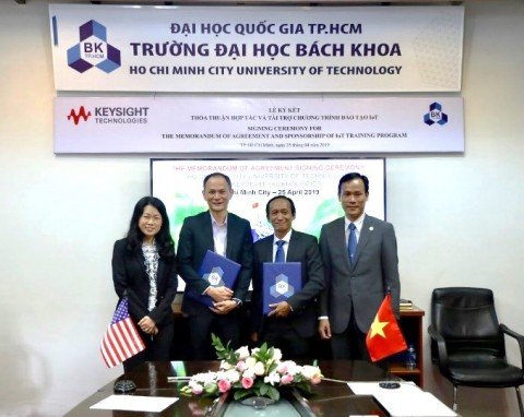 Ho Chi Minh City University of Technology (HCMUT) MoA signing ceremony for joint IoT Training Program. From left to right: Ee Huei Sin, Vice President of Keysight Education and Vice President of General Electronics Measurement Solutions (GEMS); Mr. Lawrence Liu, General Manager of South Asia Pacific Sales; Assoc. Prof. Dr. Do Hong Tuan, Dean for Faculty of Electrical & Electronic Engineering; and Assoc. Prof. Dr. Nguyen Danh Thao, Vice Rector. (Photo: Business Wire)