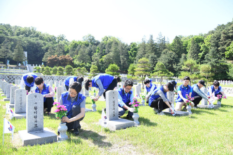 """Hyosung employees cleaned up Seoul National Cemetery, a resting place for fallen service members, veterans and patriots, about a week before June which is """"Memorial Month"""" in Korea. """"We must never forget the soldiers who gave their lives for our country,"""" Hyosung Chairman Cho Hyun-Joon has often said, """"I will try to pass down their spirit of sacrifice to the future generations."""" About 15 Hyosung employees visited Seoul National Cemetery in Dongjak-gu, Seoul, on May 29, prayed at the memorial, laid flowers on graves, cleaned tombstones and removed weeds. (Photo: Business Wire)"""