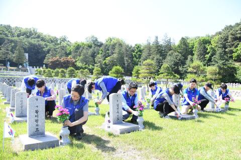 暁星は6月の「護国報勲の月」を迎えて殉国先烈を称えるために国立ソウル顕忠院を訪ねて墓地の清掃活動を行った。 趙顕俊(チョ・ヒョンジュン)会長は常々「国を守るために命をかけた護国英霊を慰め、その方たちの犠牲の精神を忘れずに、後代にその価値を伝えるために努力する」と明らかにしてきた。 暁星の役職員15人余りが5月29日午後ソウル銅雀区にある国立ソウル顕忠院を訪問して顕忠塔の参拜、献花、墓碑の拭き上げ、草刈りをした。 (写真:ビジネスワイヤ)