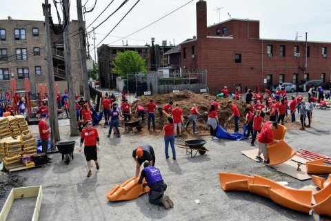 Wells Fargo volunteers (Photo: Business Wire)