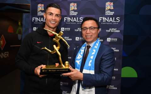 Cristiano Ronaldo is presented with the Alipay Top Scorer Trophy by Eric Jing, Chairman and CEO of Ant Financial Services Group, the operator of Alipay, at the Estádio do Dragão in Porto after scoring three goals at the UEFA Nations League Finals. (Photo: Business Wire)