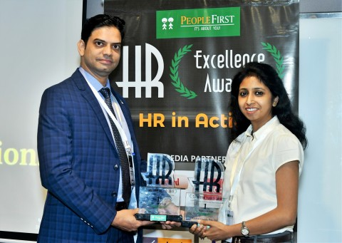 Senior Managers, HR Bhuvnendu Shringirishi (left) and Pallavi Chaudhary (right) receive the awards at the ceremony in Mumbai. (Photo: Business Wire)