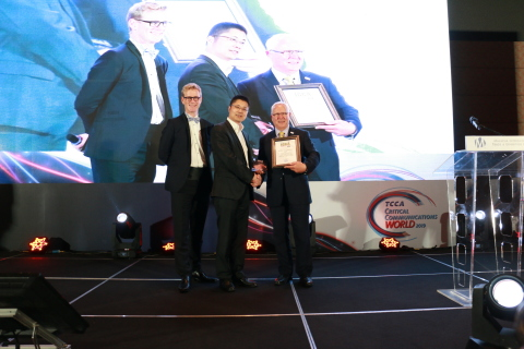 Yelin Jiang, Executive VP at Hytera, receiving the award on behalf of Hytera (Photo: Business Wire)