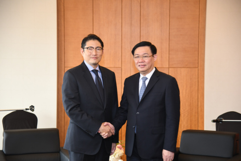 Hyosung Chairman Cho Hyun-Joon met with Vietnam's Deputy Prime Minister Vuong Dinh Hue on June 19 during the latter's visit to Seoul, and they promised to strengthen their cooperation. (Photo: Business Wire)