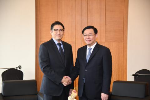 趙顕俊(チョ・ヒョンジュン)会長は19日に韓国を訪問したブオン・ディン・フエ (Vuong Dinh Hue) ベトナム副総理と会い相互協力を強化していくことを約束した。 (写真:ビジネスワイヤ)