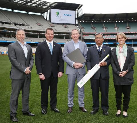 HCLテクノロジーズとクリケット・オーストラリアがデジタル・パートナーシップを発表し、記念品を交換。左から右へ:ブラッド・ホッジ氏(元オーストラリアの国際クリケット選手/現在クリケットコーチ)、アーサー・フィリップ氏(セールス変革&マーケティング担当エグゼクティブバイスプレジデント)、ケビン・ロバーツ氏(クリケット・オーストラリアCEO)、スワパン・ジョリー氏(アジア・太平洋/中東事業担当コーポレート・バイスプレジデント兼責任者)、ベリンダ・クラーク氏(コミュニティー・クリケットのエグゼクティブ・ゼネラルマネージャー/元オーストラリア女子クリケットチームのキャプテン)(写真:ビジネスワイヤ)
