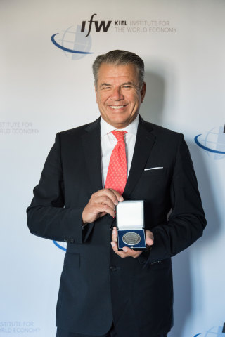 Hikmet Ersek, Western Union CEO, receives Global Economy Prize award from Kiel Institute for the World Economy for his contributions and international influence on global issues. (23 June 2019) (Photo: Business Wire)