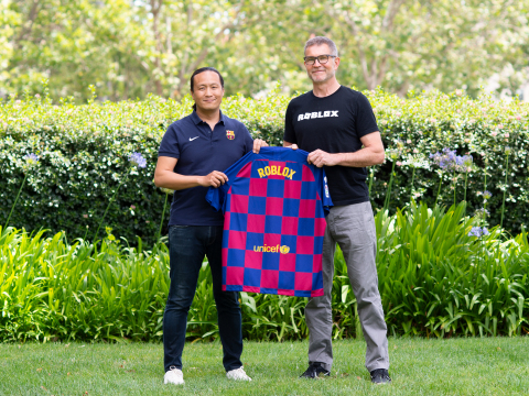 (From the left): FC Barcelona Board Member Dídac Lee and Roblox Founder and CEO David Baszucki celebrate the beginning of a partnership commemorating the new FC Barcelona home kit (Photo: Business Wire)