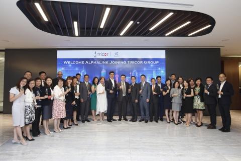 卓佳集團、羅申美會計師事務所香港合夥人、Alphalink的管理層代表慶祝Alphalink加入卓佳集團 (照片:美國商業資訊)