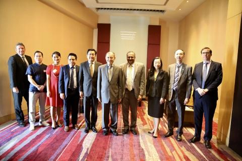 UCK Network联合创始人Leo Hu(左二), UCK Network海外战略顾问Helen Zhang(左三)与泰国前副总理Supachai Panitchpakdi博士(右五)、泰国证券交易所主席Pakorn Peetathawatchai博士(左五)