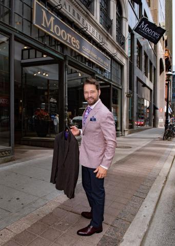 L'acteur et réalisateur canadien Jason Priestley, connu pour son rôle dans la série télévisée à succès Beverly Hills 90210 et Private Eyes, fait don d'un costume lors de la 10e collecte annuelle Moores de costumes au magasin vedette du détaillant à Toronto. Destinée à aider les personnes dans le besoin à remettre leur carrière sur les rails, la collecte de vêtements se déroulera à l'échelle nationale jusqu'au 31 juillet, date à laquelle les consommateurs pourront faire don de vêtements professionnels légèrement usés, dans les magasins Moores à travers le pays. Crédit : George Pimentel.