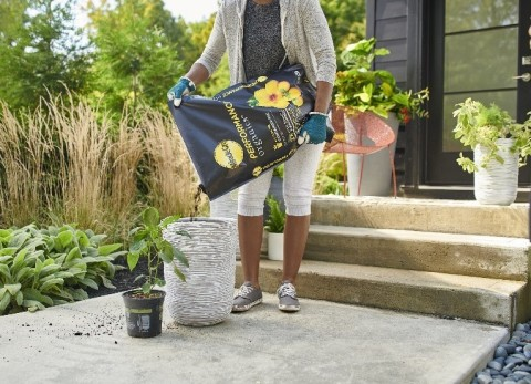 AmeriStar Award Winner: The new Miracle-Gro® Performance Organics™ growing media bag can withstand harsh environmental challenges while maintaining the quality and performance of a conventional large-format plastic bag. (Photo: Business Wire)