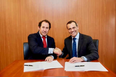 Berkshire Hathaway HomeServices LARVIA CEO Bruno Rabassa (left) and Claudio Prattico, managing director of Berkshire Hathaway HomeServices, finalize LARVIA's network agreement. (Photo: Business Wire)
